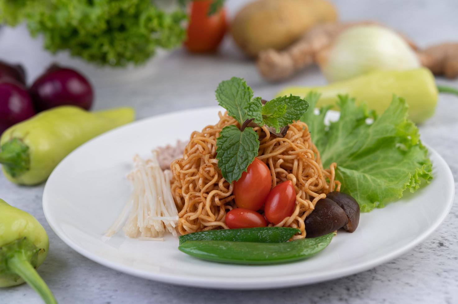 gebratene Nudeln mit gemischtem Gemüse foto