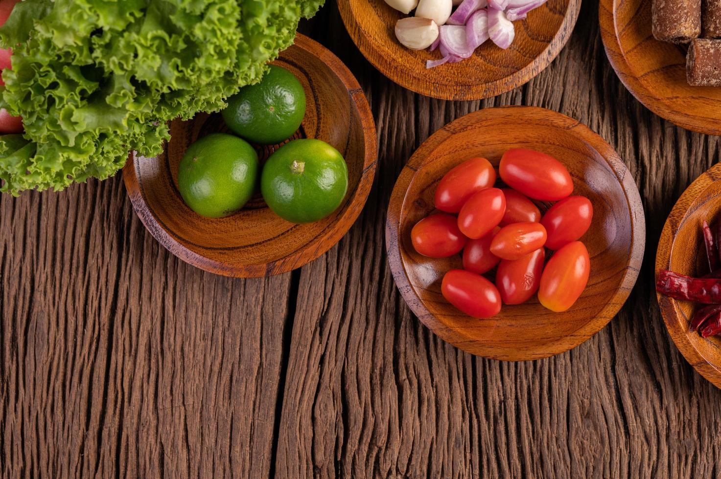 Palmzucker, rote Zwiebeln, getrocknete Paprika, Tomaten, Gurken, Gartenbohnen und Salat foto