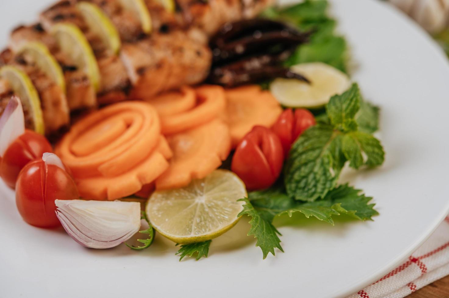 In Scheiben geschnittenes gegrilltes Gourmet-Huhn foto