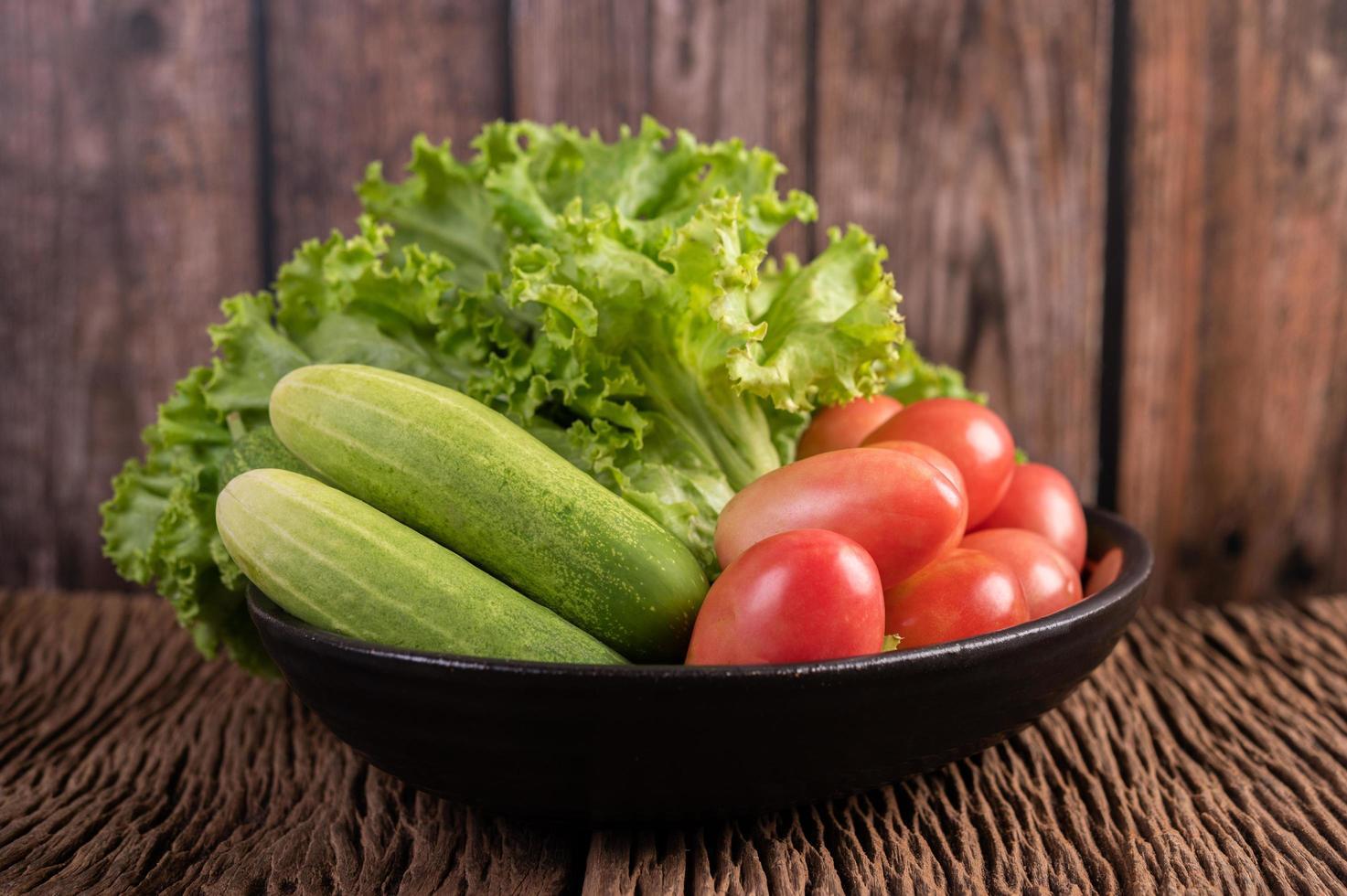 Salat, Tomaten und Gurken foto