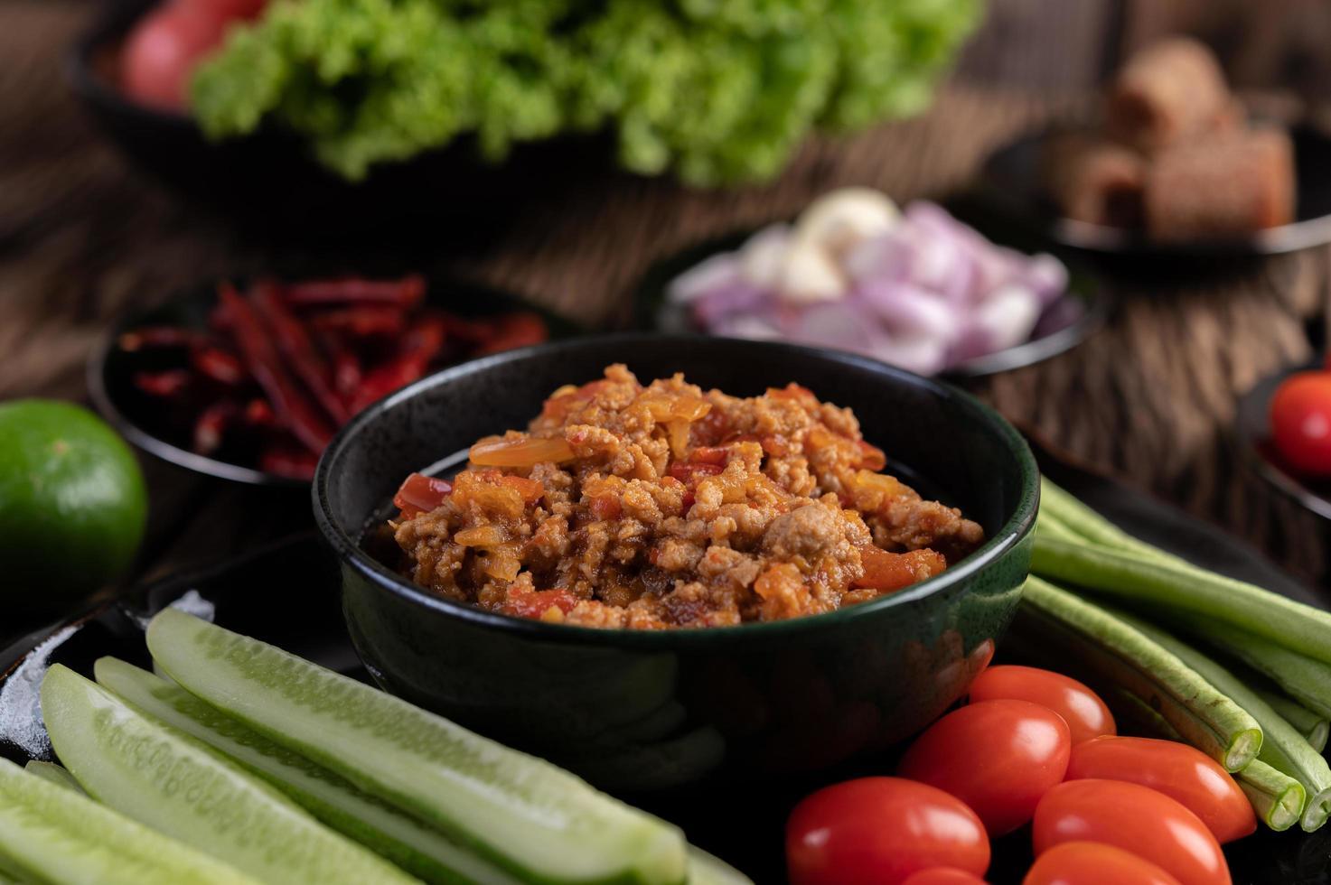süße Schweinefleischschale mit Gurken, langen Bohnen und Tomaten foto