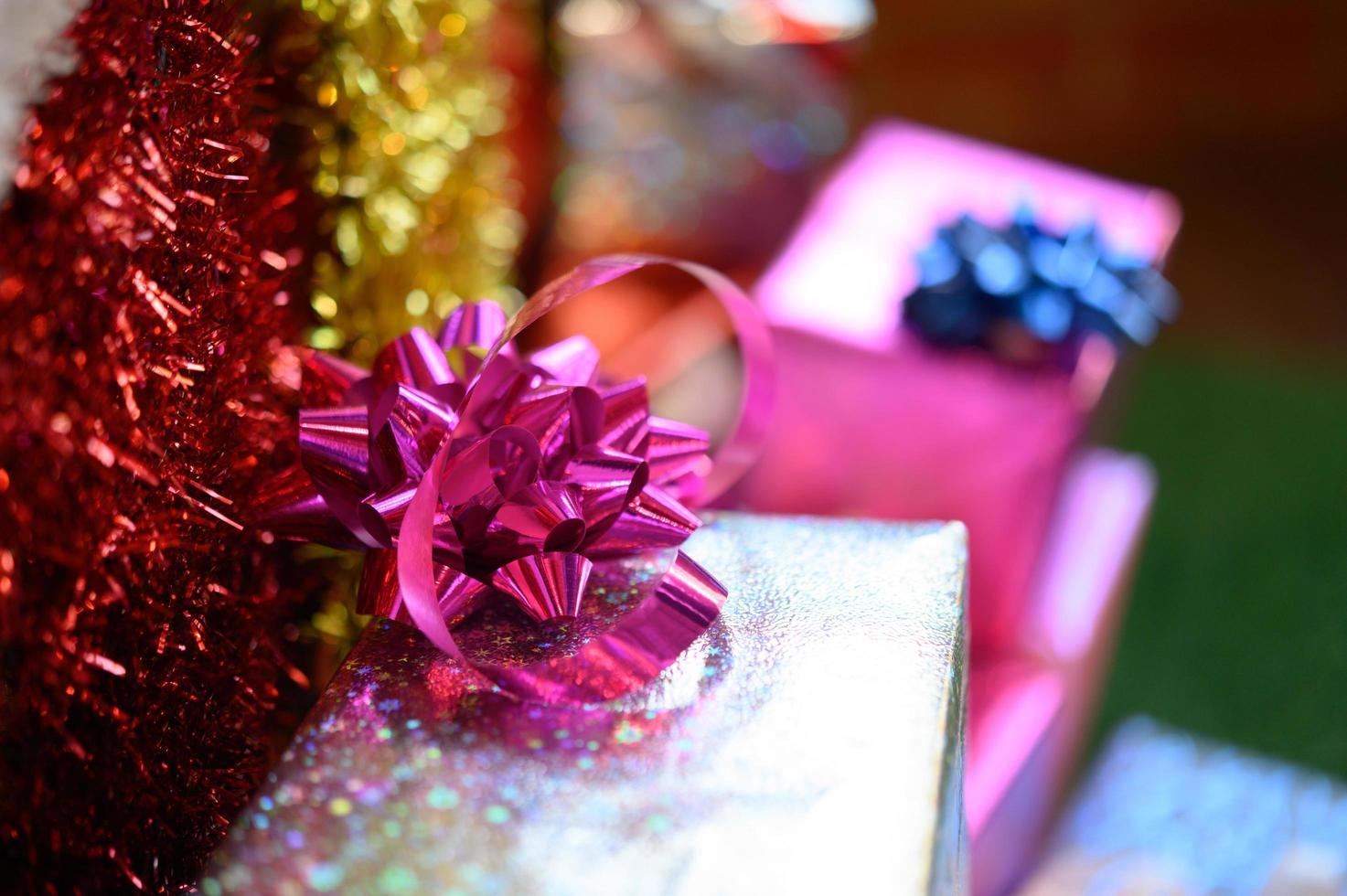 Nahaufnahme eines Bandbogens auf einer Geschenkbox foto