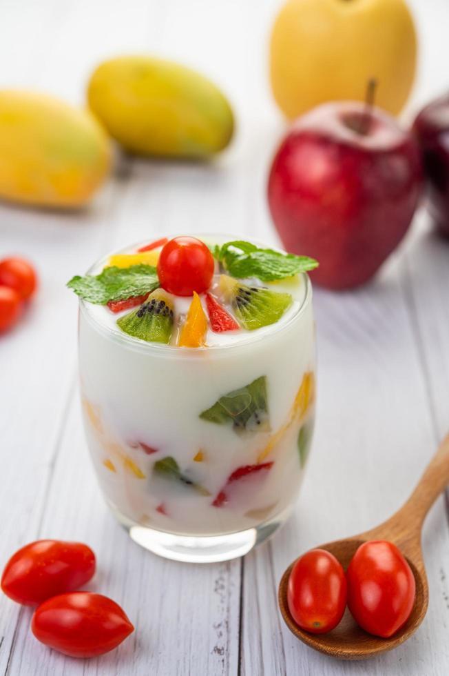 Fruchtjoghurt-Smoothie in klarem Glas foto