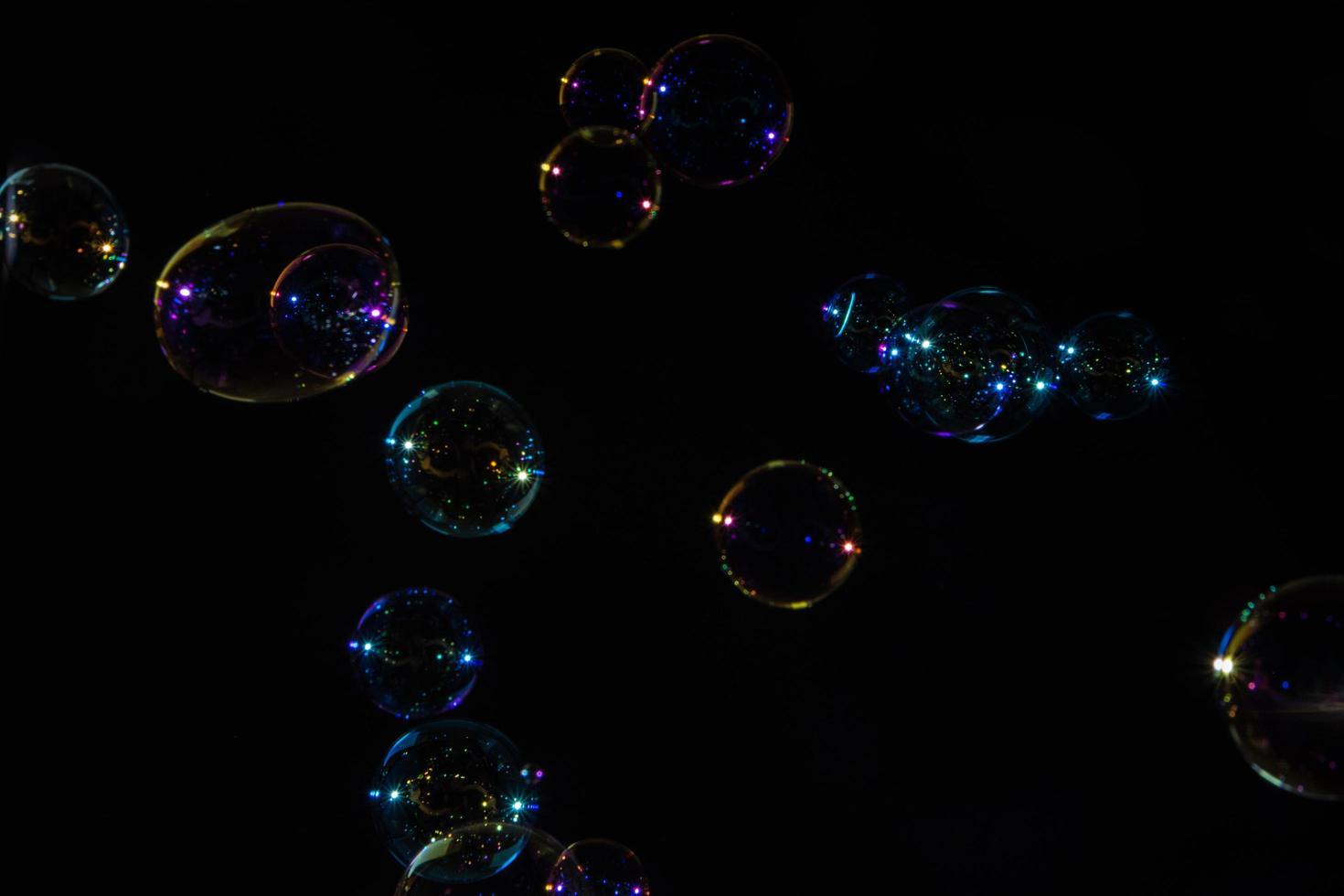 Blasen auf schwarzem Hintergrund foto