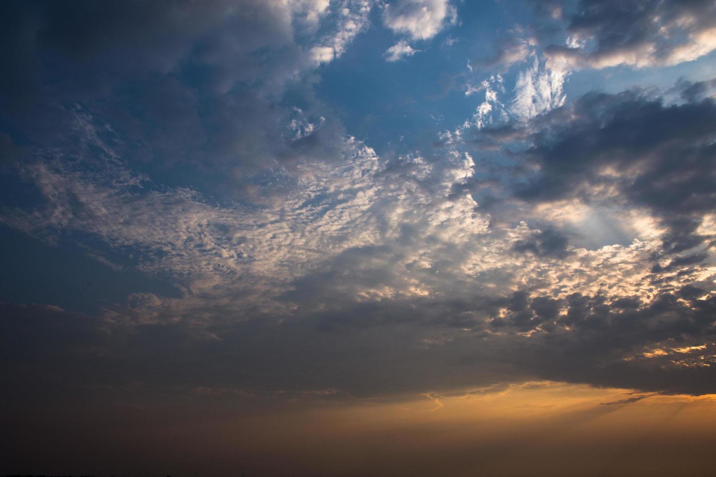der Himmel und die Wolken bei Sonnenuntergang foto