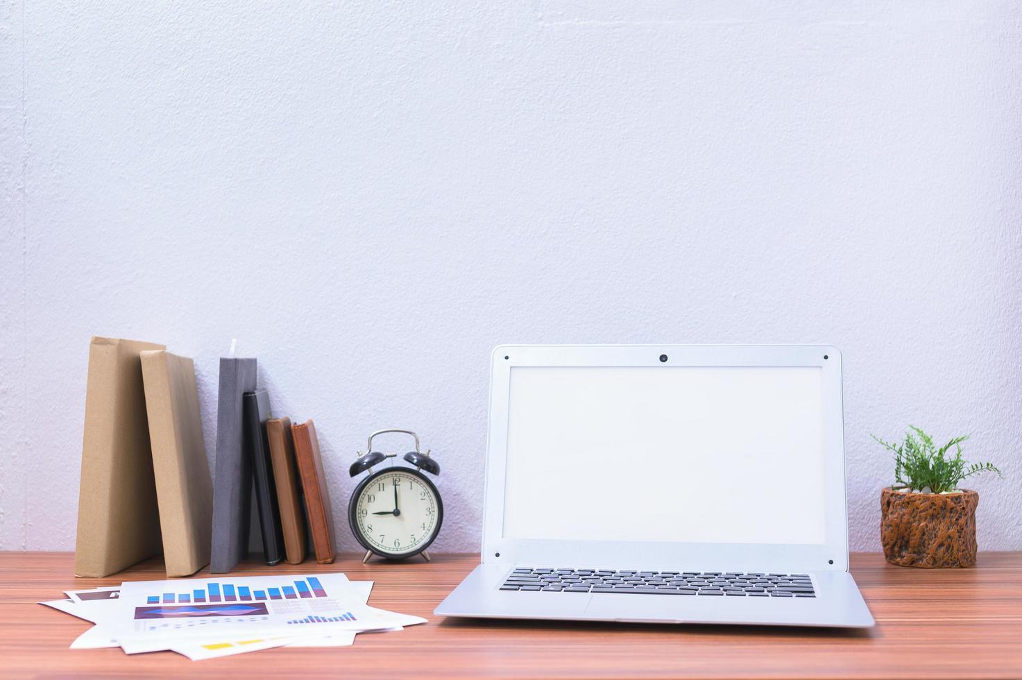 Laptop und Blume auf dem Schreibtisch foto
