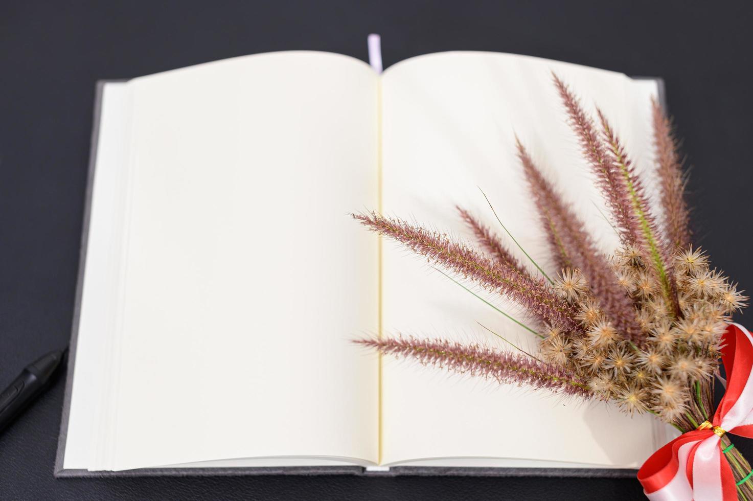 leeres Notizbuch auf dem Schreibtisch foto