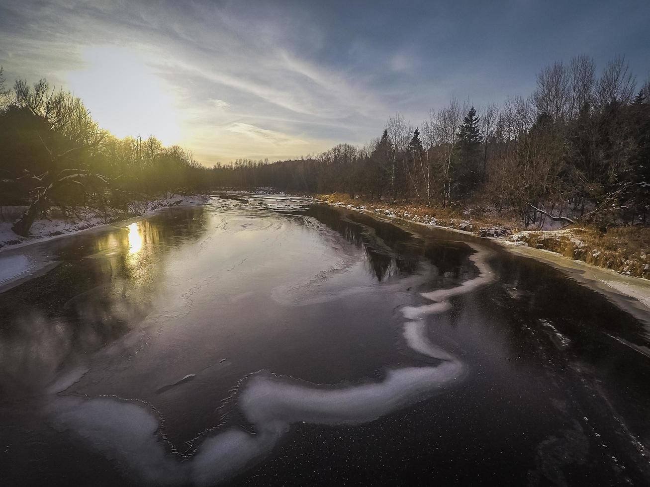 Sonnenuntergang über einem Fluss foto