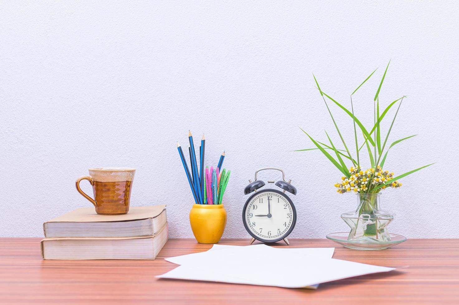 Bücher und Blumen auf dem Schreibtisch foto