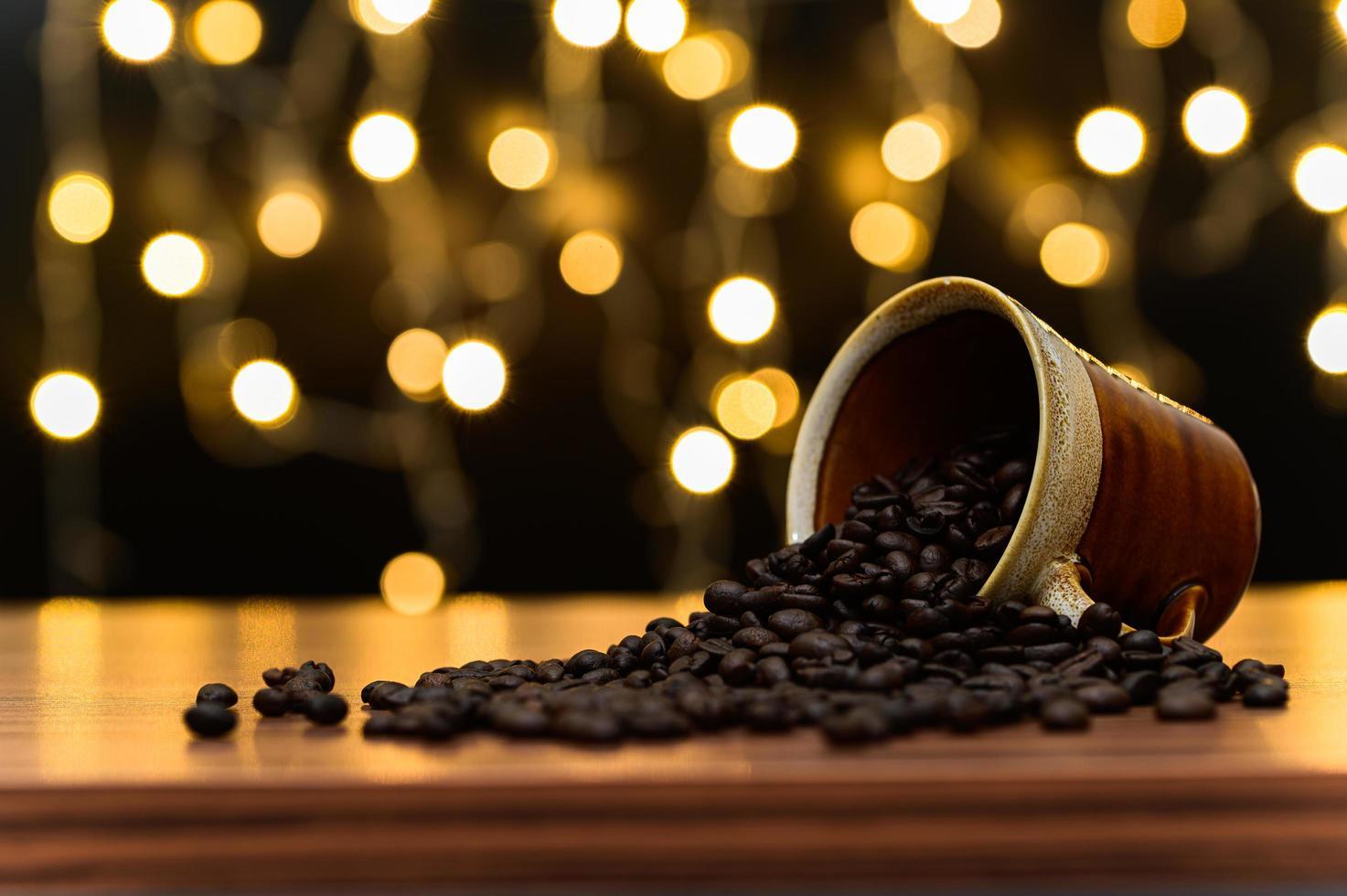 Kaffeebohnen auf dem Schreibtisch foto