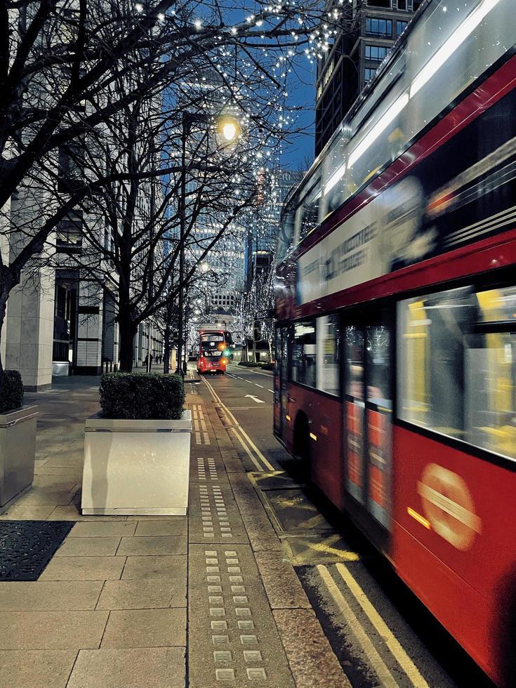 London, Großbritannien, 2020 - Doppeldeckerbus unter Weihnachtsbeleuchtung foto