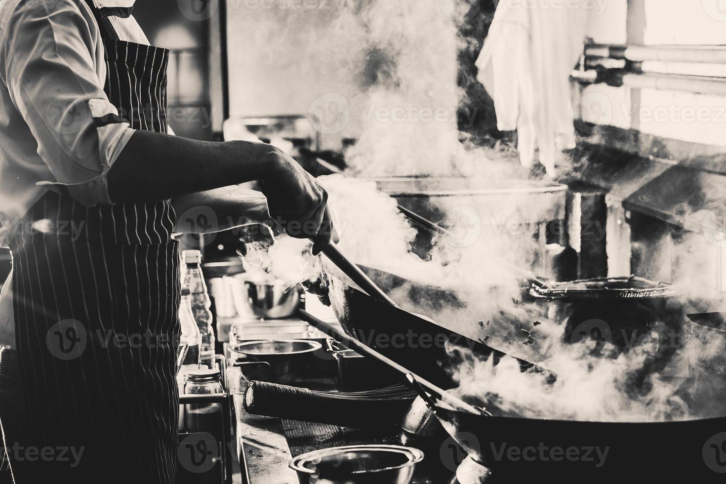Graustufenfoto der rauchigen Küche foto