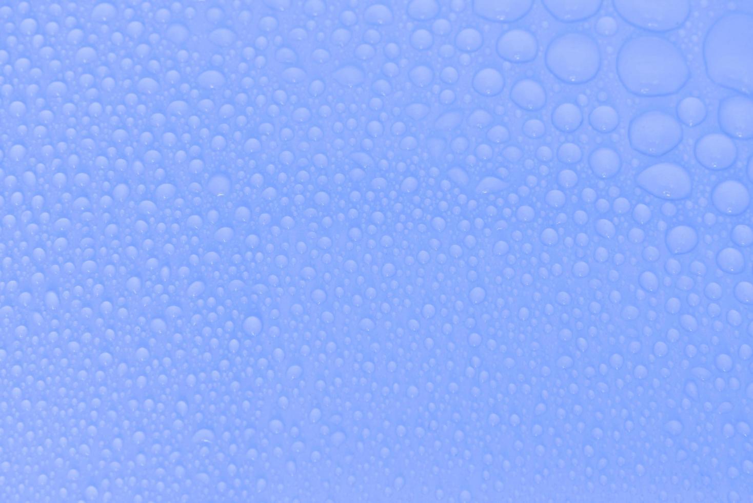 Wassertropfen auf blauem Grund foto