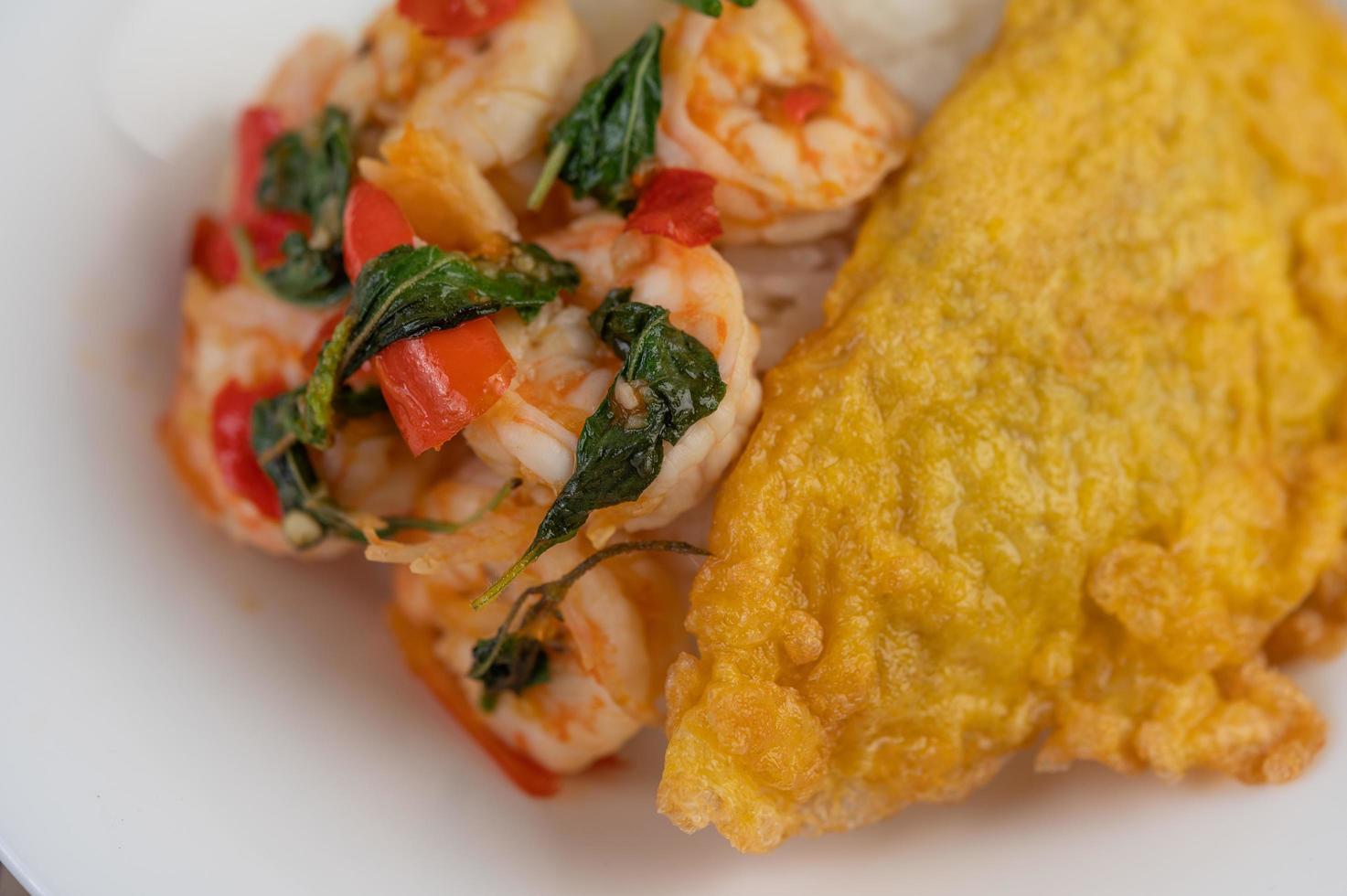 Reis mit Garnelen und Omelett belegt foto