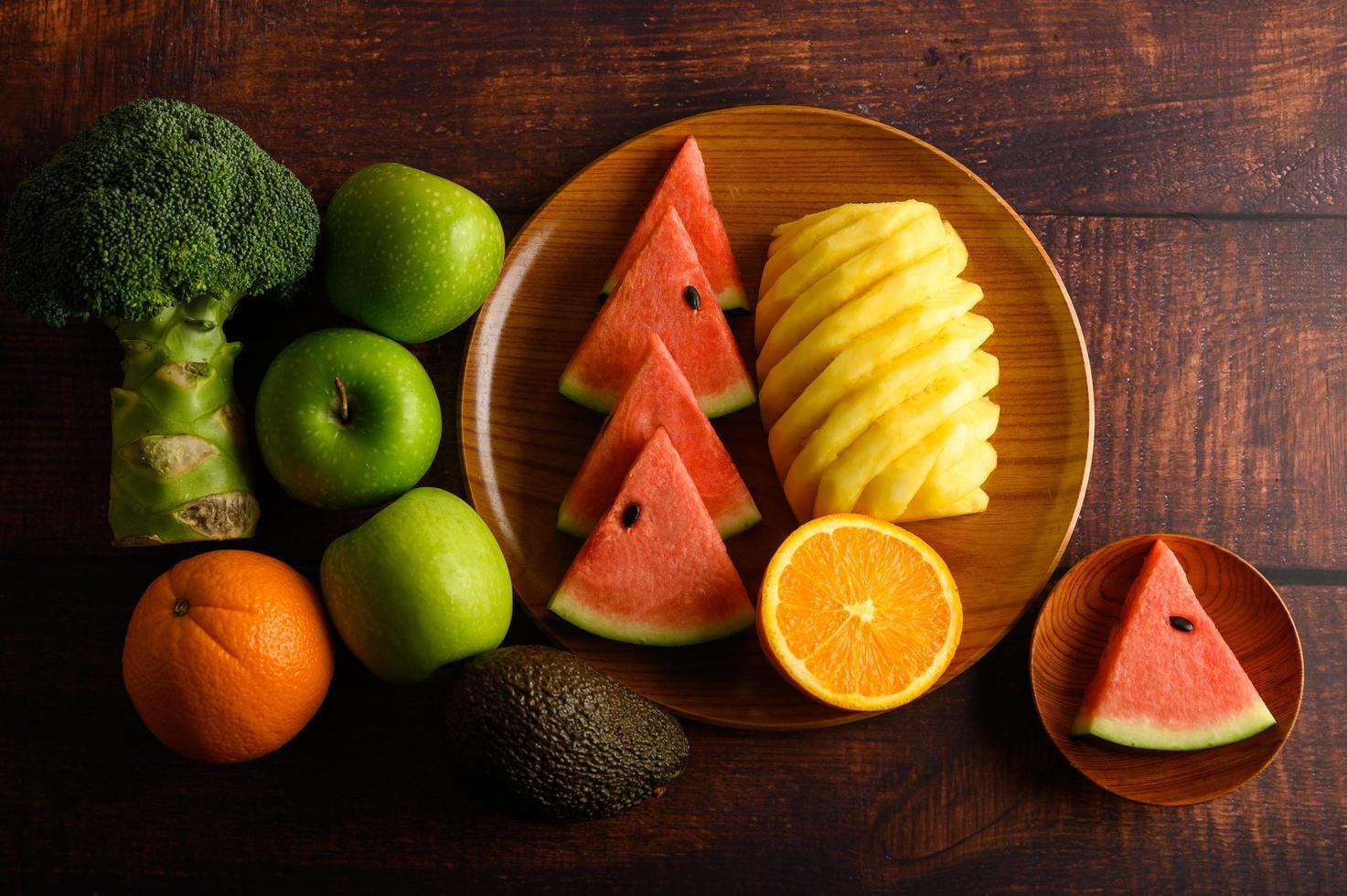 bunte Wassermelone, Ananas, Orangen mit Avocado und Äpfeln foto