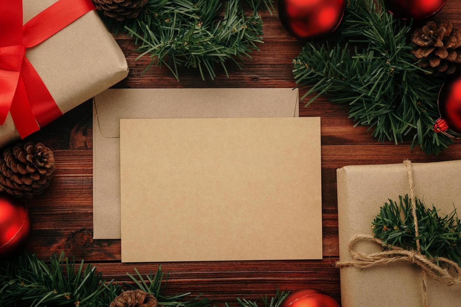 Frohe Weihnachten Grußkarte Modell Vorlage mit Weihnachtsgeschenk Dekorationen foto