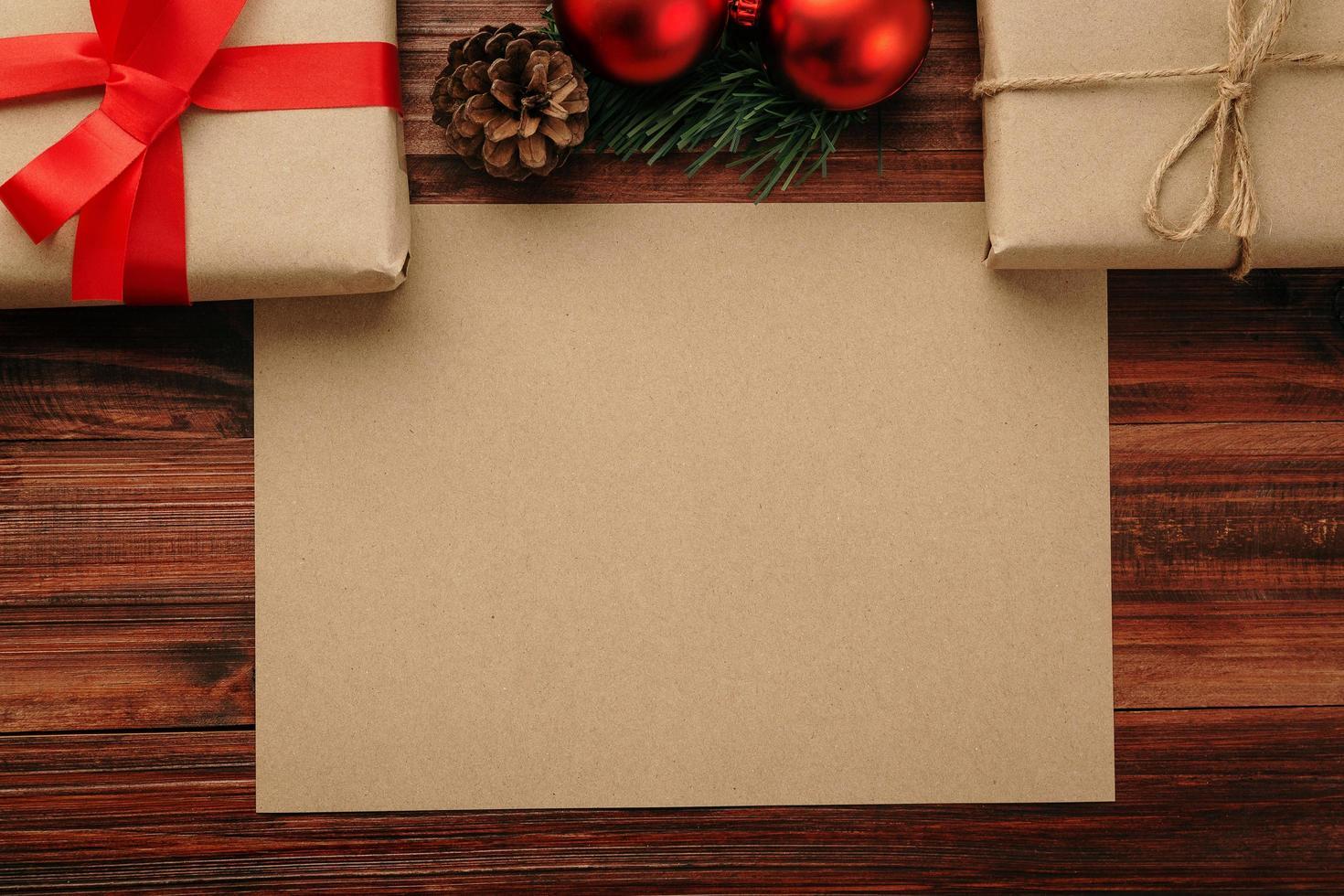 Frohe Weihnachten Bastelpapier Grußkarte Modell Vorlage mit Weihnachtsgeschenk Dekorationen foto