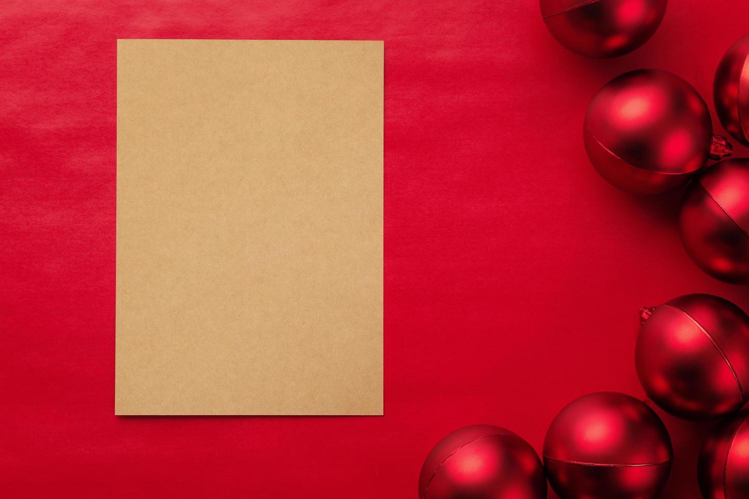 Frohe Weihnachten Grußkarte Modell Vorlage mit Weihnachtskugeln foto