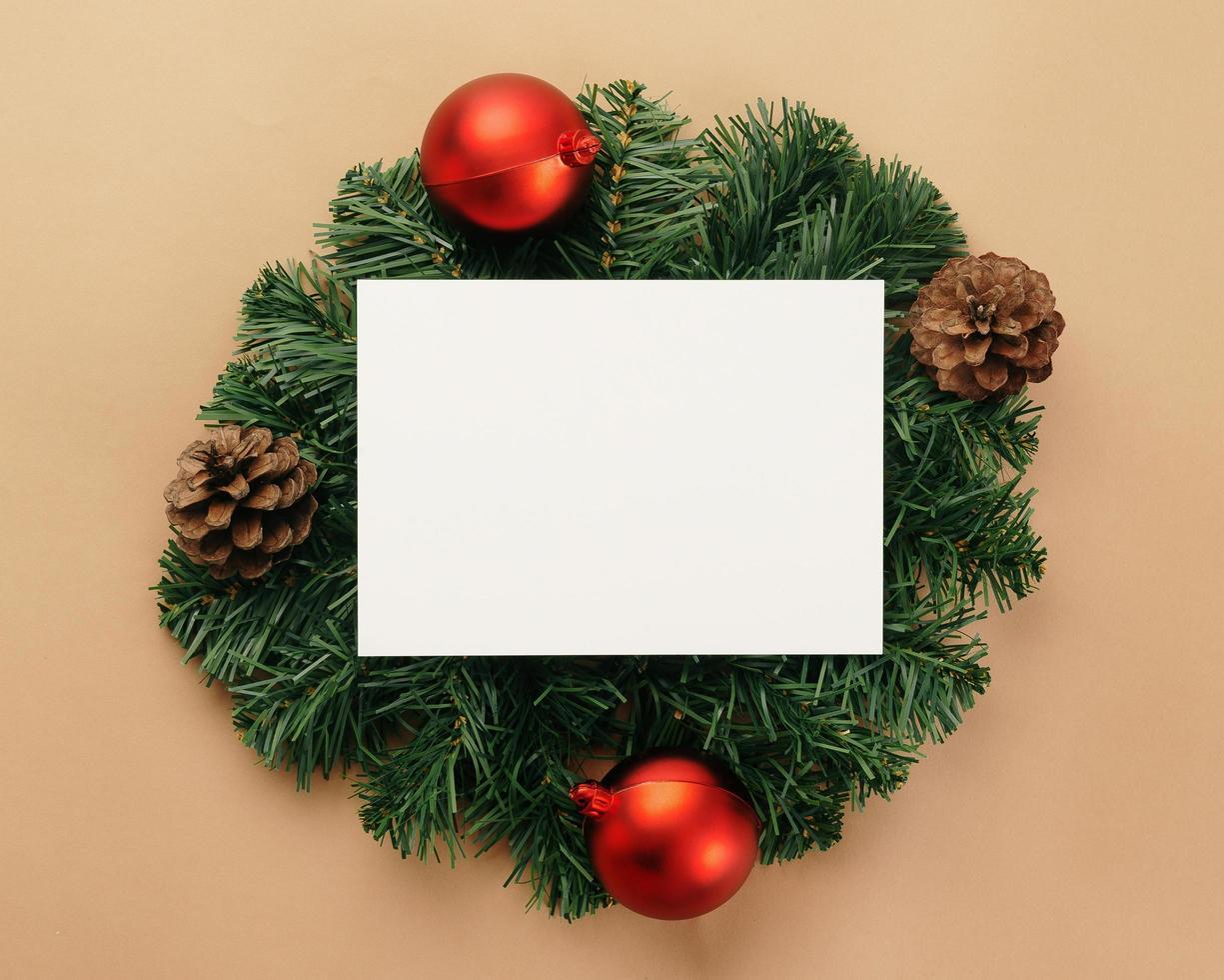 Frohe Weihnachten Grußkarte Modell Vorlage mit Kiefernblättern Dekorationen foto