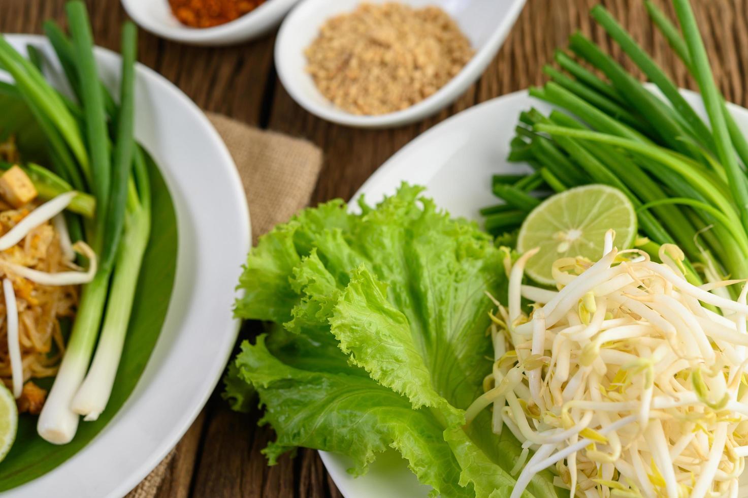 Sojasprossen, Salat, Limette und Frühlingszwiebeln foto