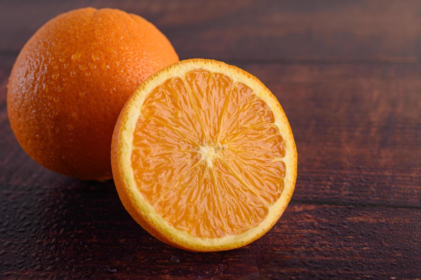 Makrobild einer reifen Orange auf Holzhintergrund foto