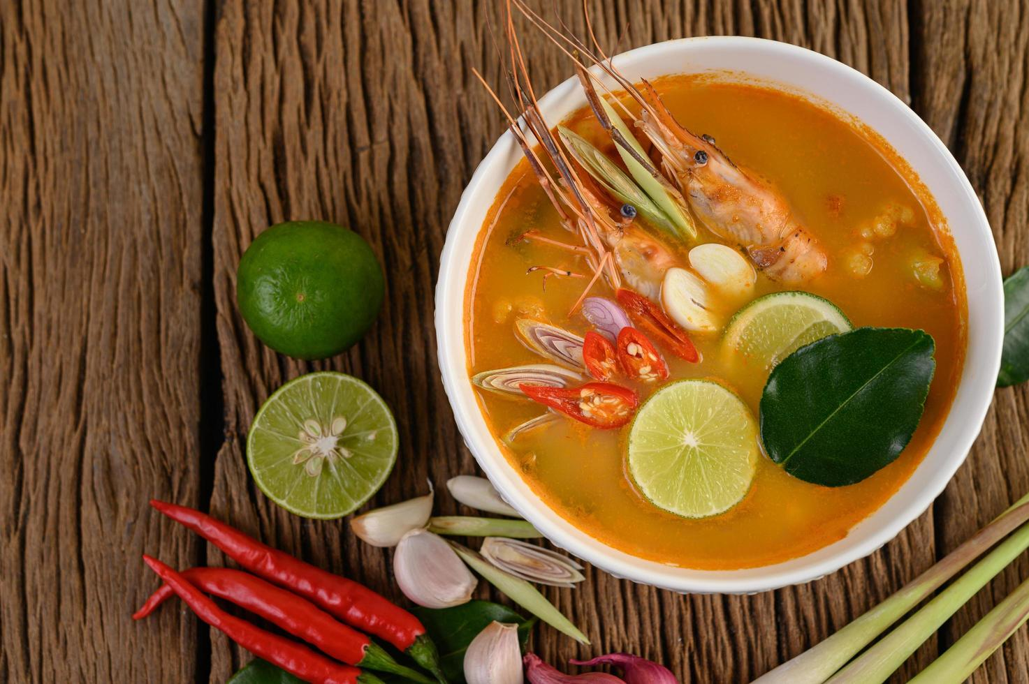 scharfe und würzige Tom Yum Kung Thai Suppe foto