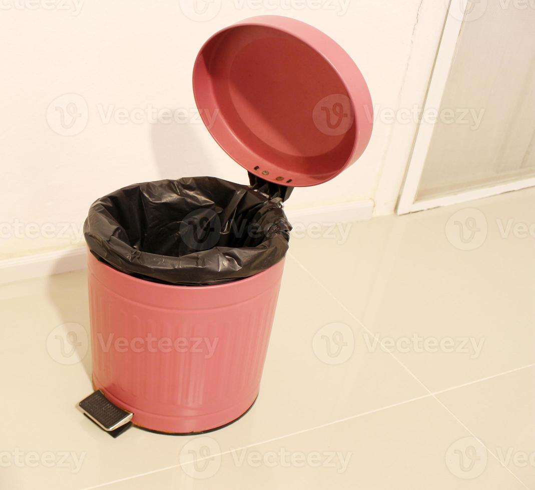 geöffneter Mülleimer im Resortzimmer foto