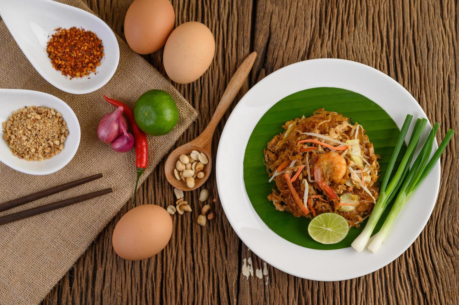 Pad Thai Shrimps in einer Schüssel mit Eiern, Frühlingszwiebeln und Gewürzen foto