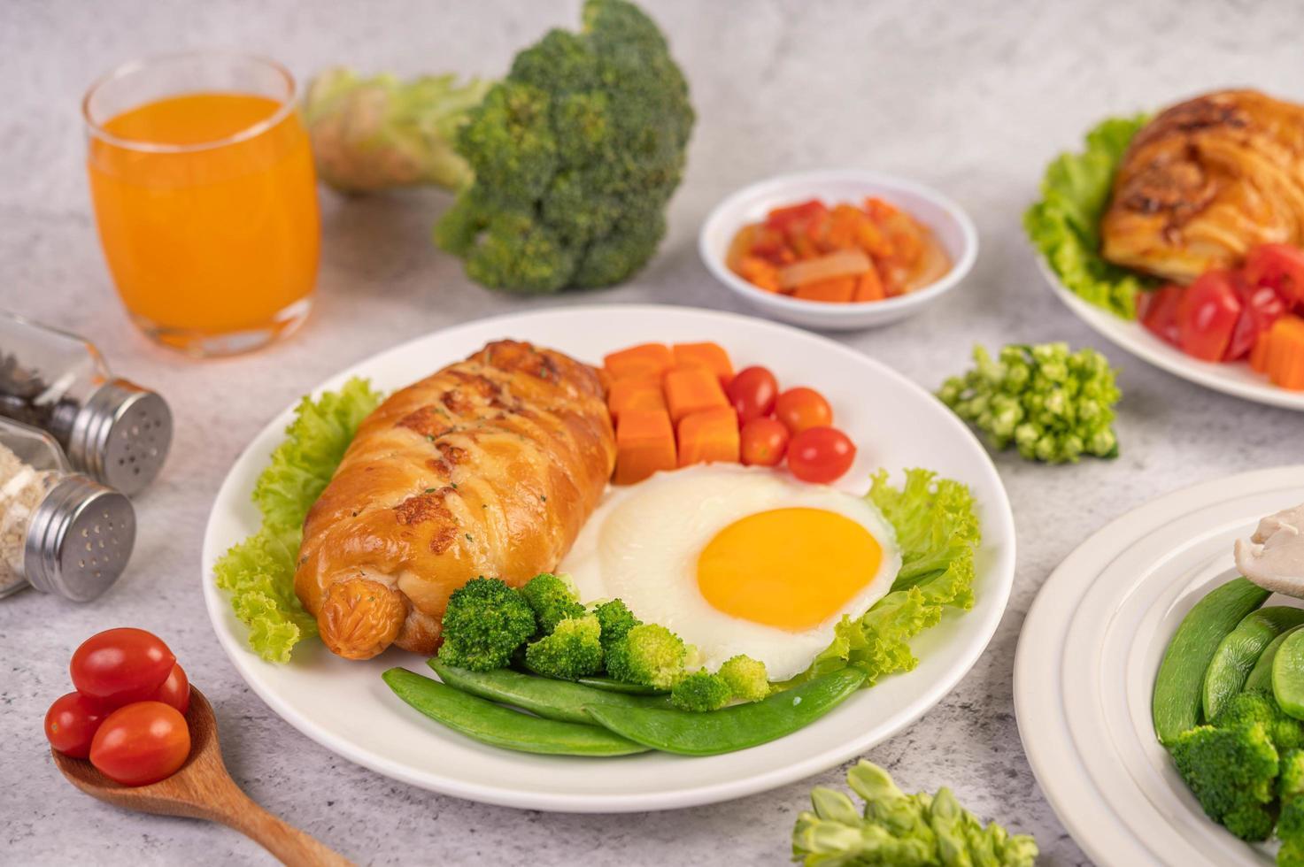 frisches Eiercroissant und Gemüsefrühstück foto
