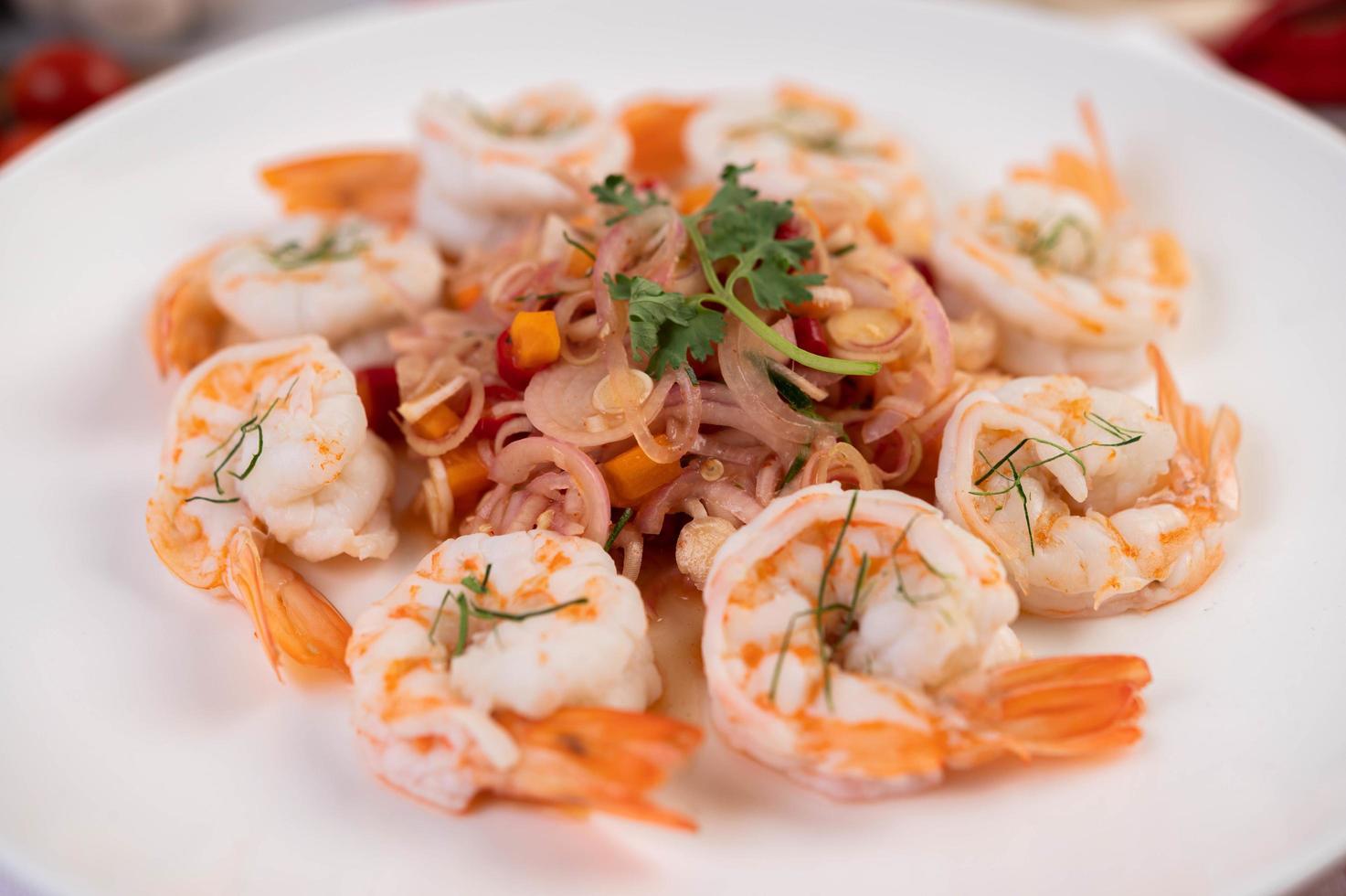 würziger thailändischer Salat mit Garnelen foto