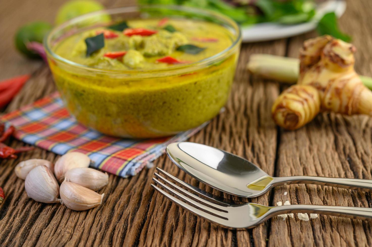 grünes Curry in einer klaren Schüssel foto
