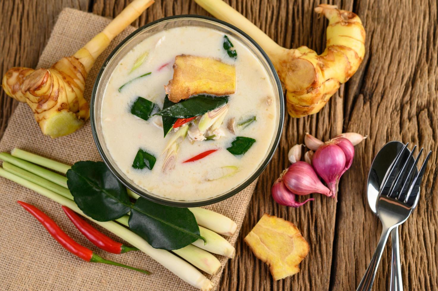 Tom Kha Kai, thailändische Kokosnusssuppe auf hölzernem Küchenbrett foto