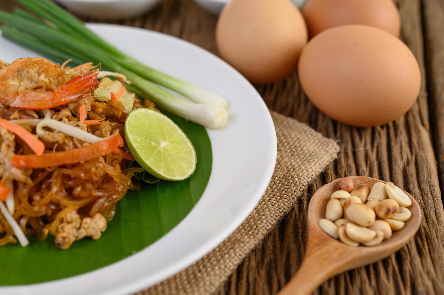 Teller Pad Thai Shrimps mit Limette und Eiern foto