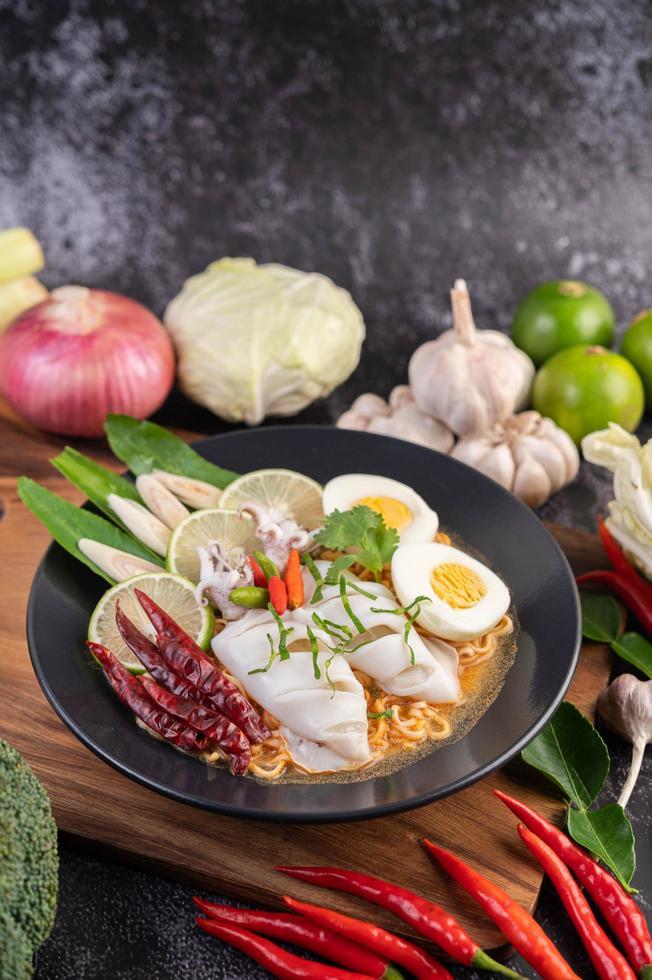 Nudeln mit Tintenfisch und gekochtem Ei foto