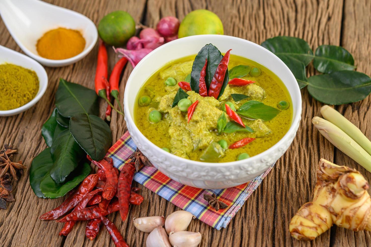 würziges grünes Curry in einer Schüssel mit Gewürzen foto