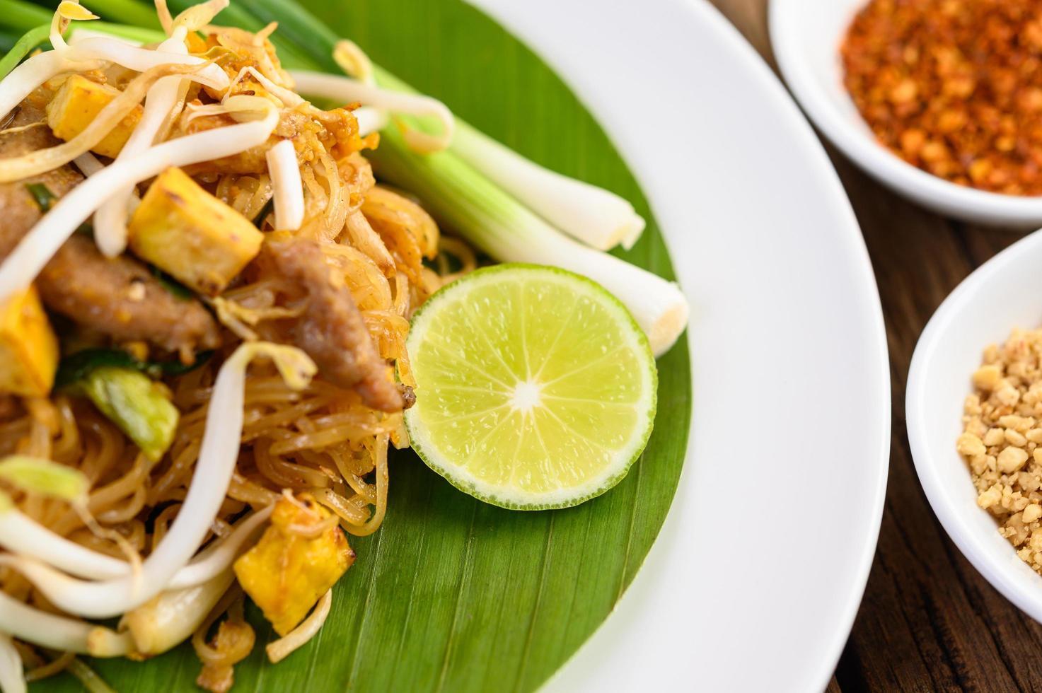 Pad Thai Gericht auf einem Bananenblatt foto