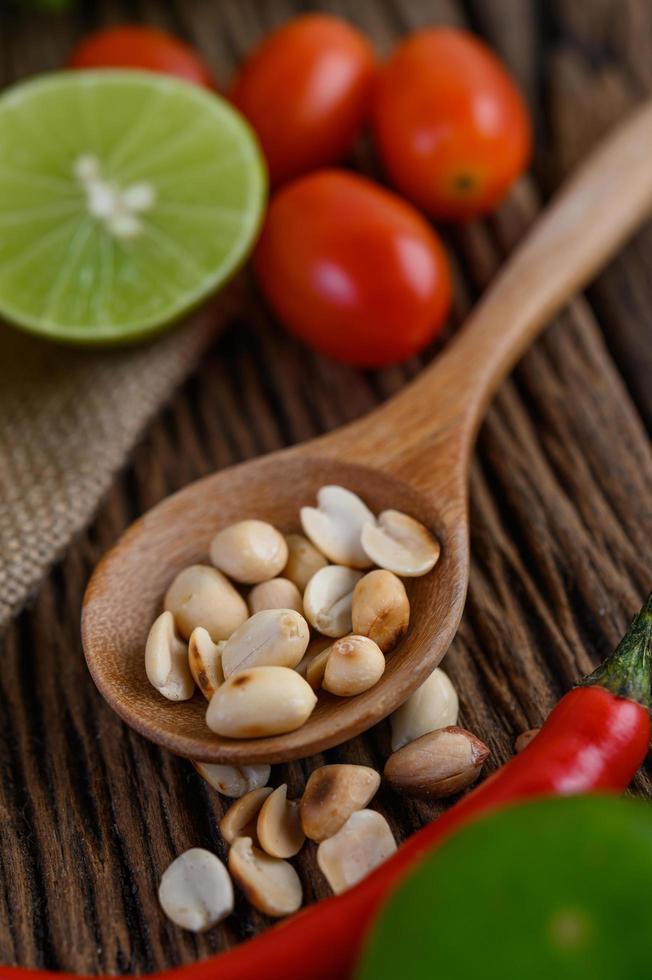 scharfes Essen nach thailändischer Art mit Knoblauch, Zitrone, Erdnüssen, Tomaten und Schalotten foto