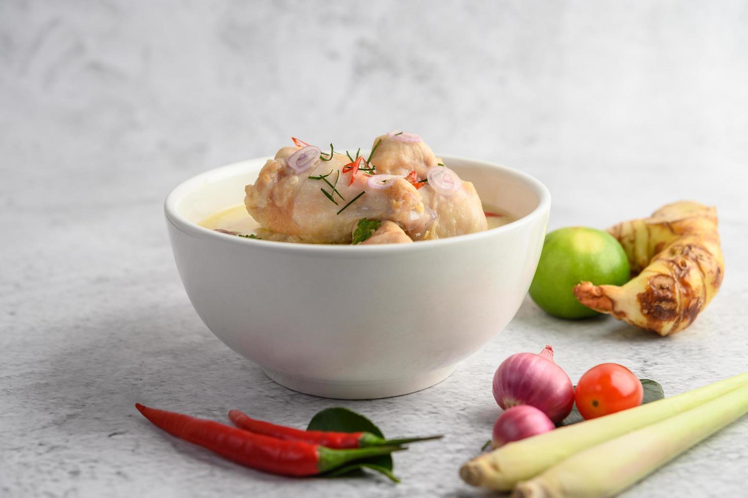 Tom Kha Kai, thailändische Kokosnusssuppe foto