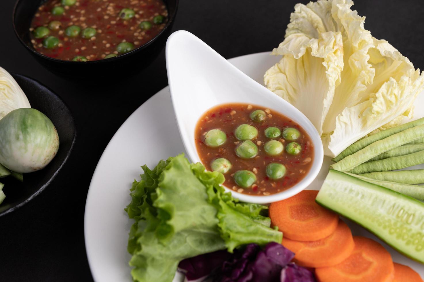 Sauce in einer Schüssel mit Gemüse foto