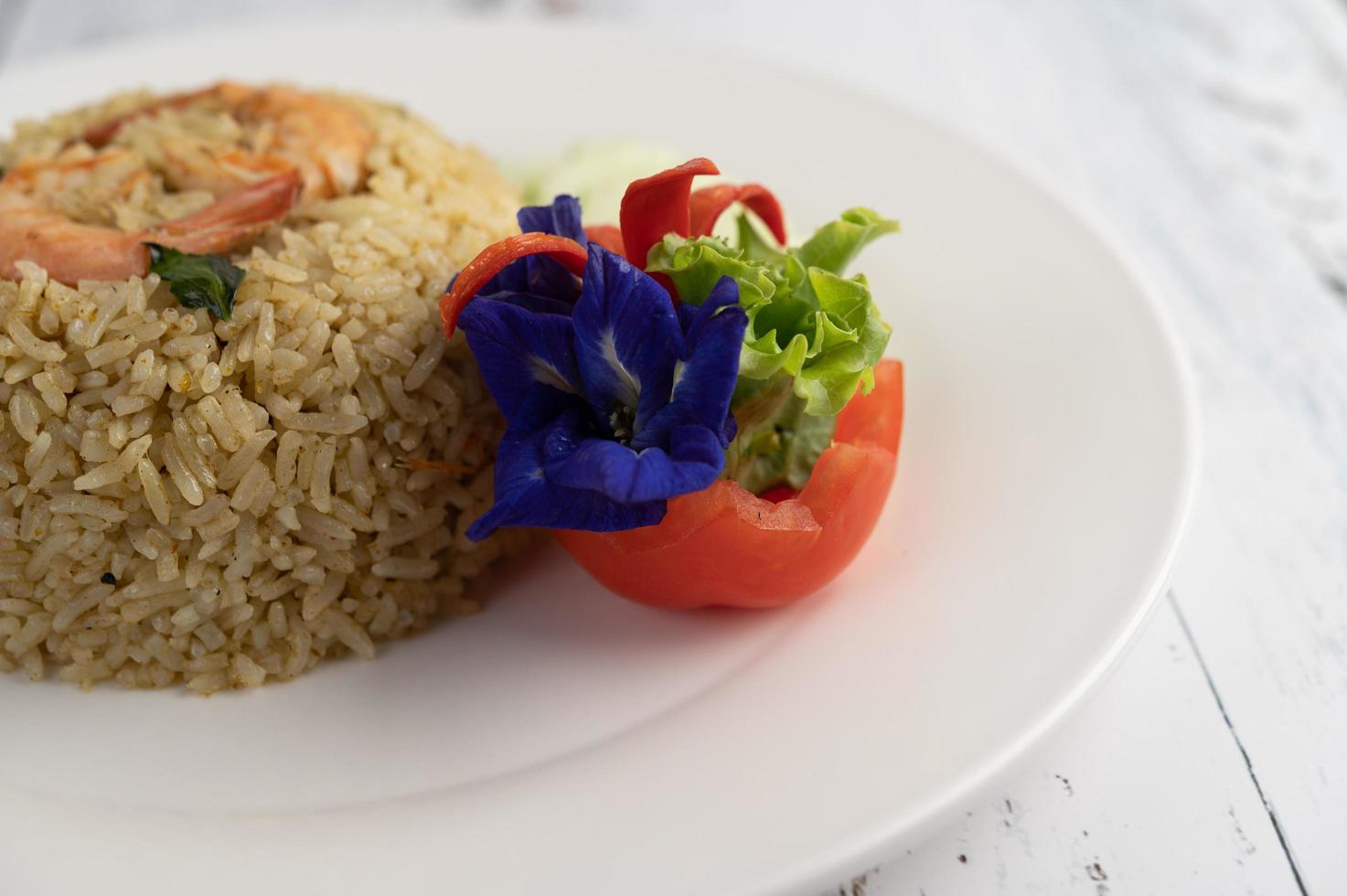 gebratener Reis mit dekorativen Garnelen foto