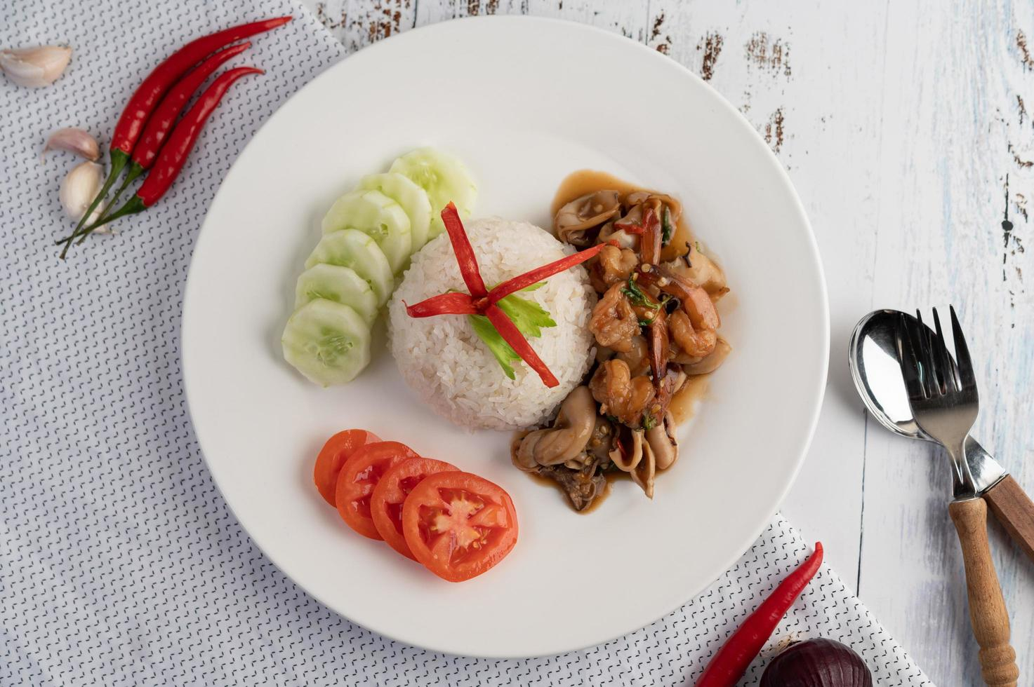 Reis mit gebratenem Basilikum mit Tintenfisch und Garnelen foto