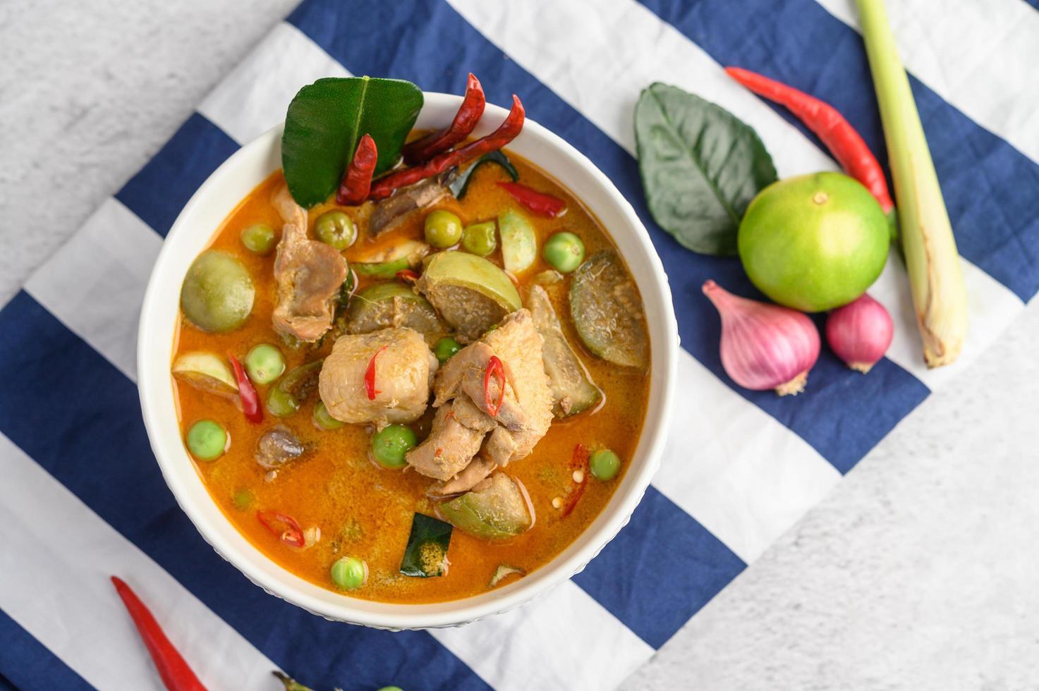 würziges Hähnchen gebraten mit thailändischen Auberginen foto