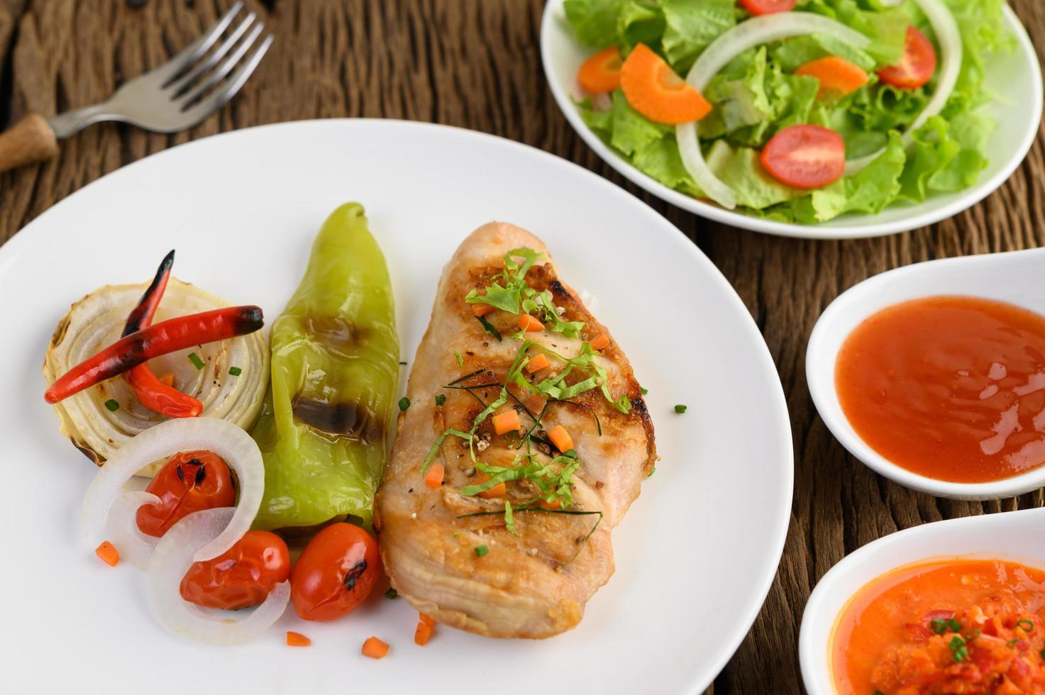 Gegrilltes Hähnchen mit gegrilltem Gemüse und Salat foto