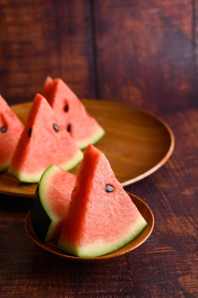 Wassermelone in Stücke geschnitten auf einem Holztisch foto