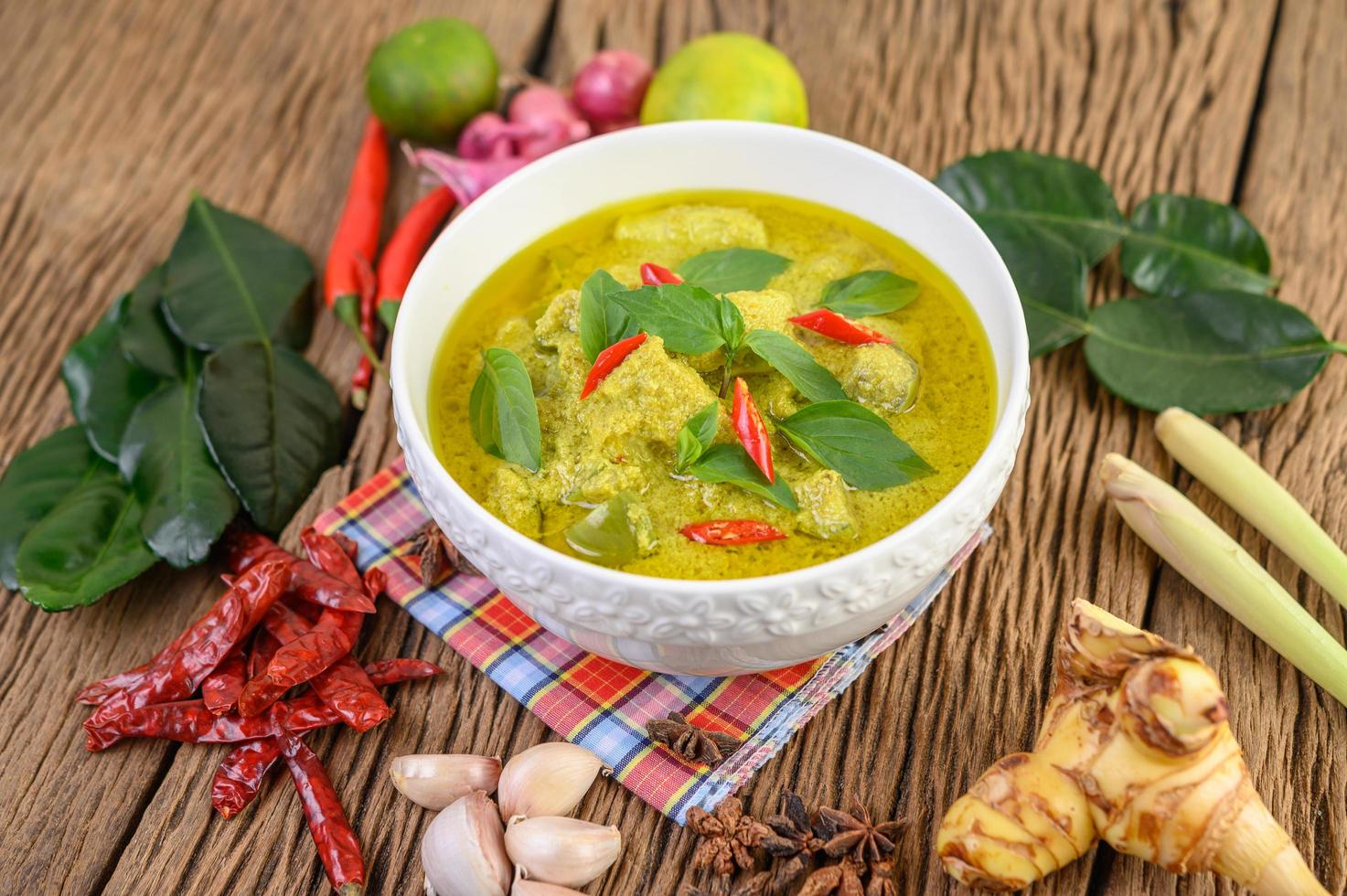 grünes Curry mit Limetten, roten Zwiebeln, Zitronengras, Knoblauch und Kaffirblättern foto