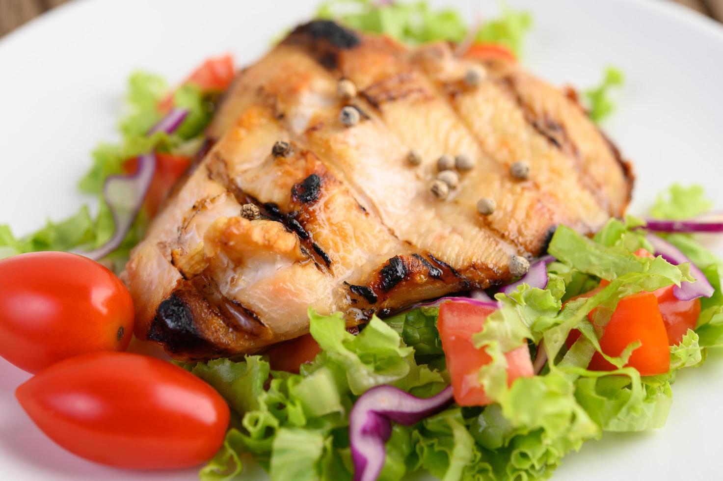 Gegrilltes Hähnchen mit Salat foto