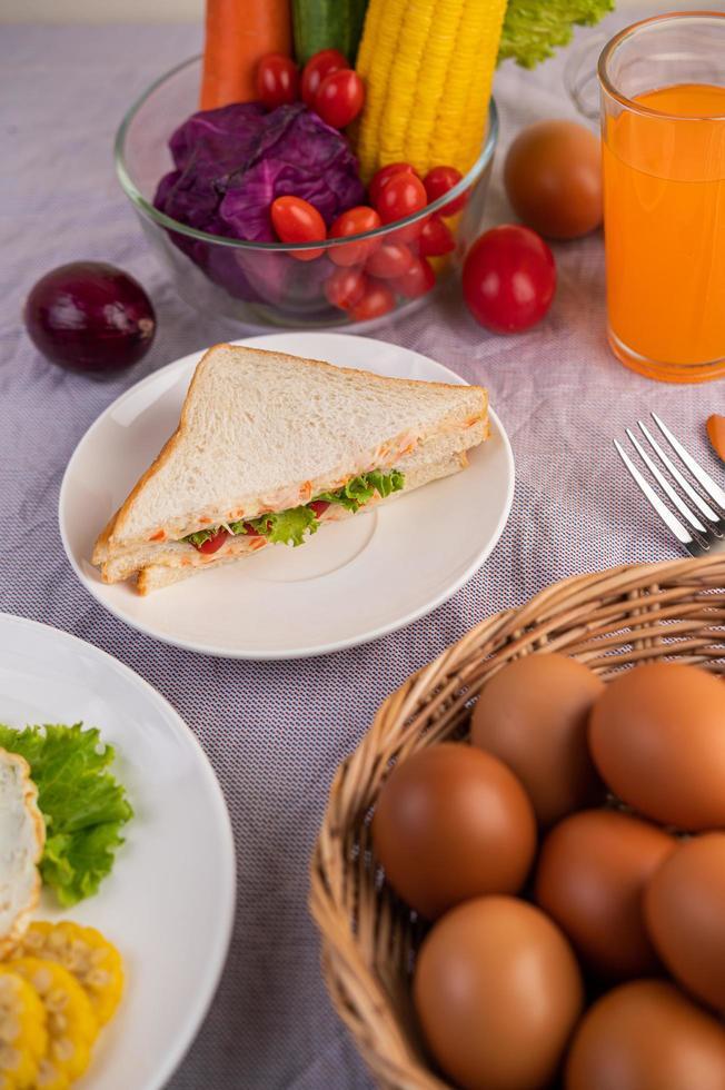 Amerikanisches Frühstück mit Eiersalat, Kürbis, Gurke, Karotte, Mais und Blumenkohl foto