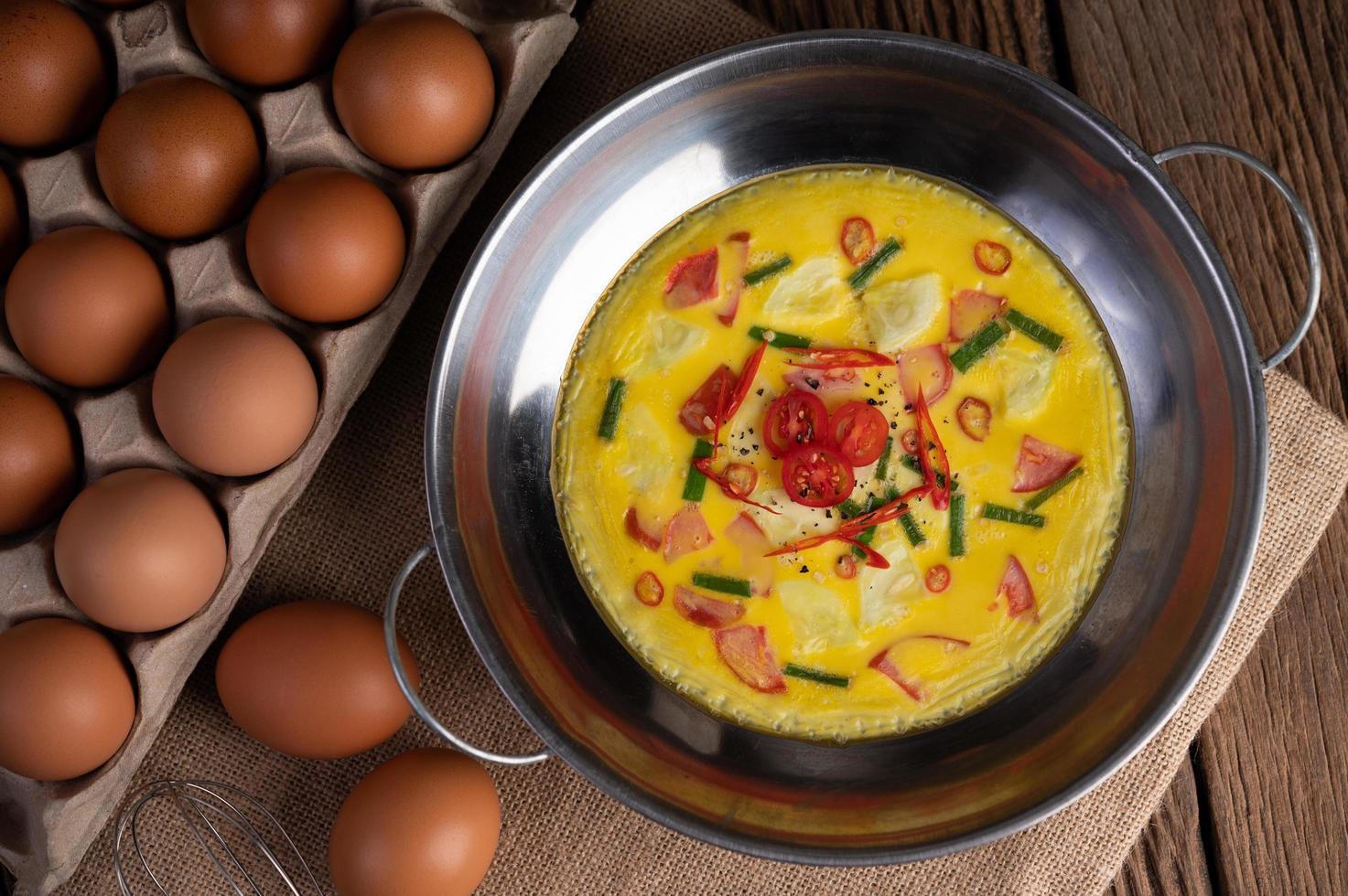Eier mit Chili, Frühlingszwiebeln und Tomaten foto