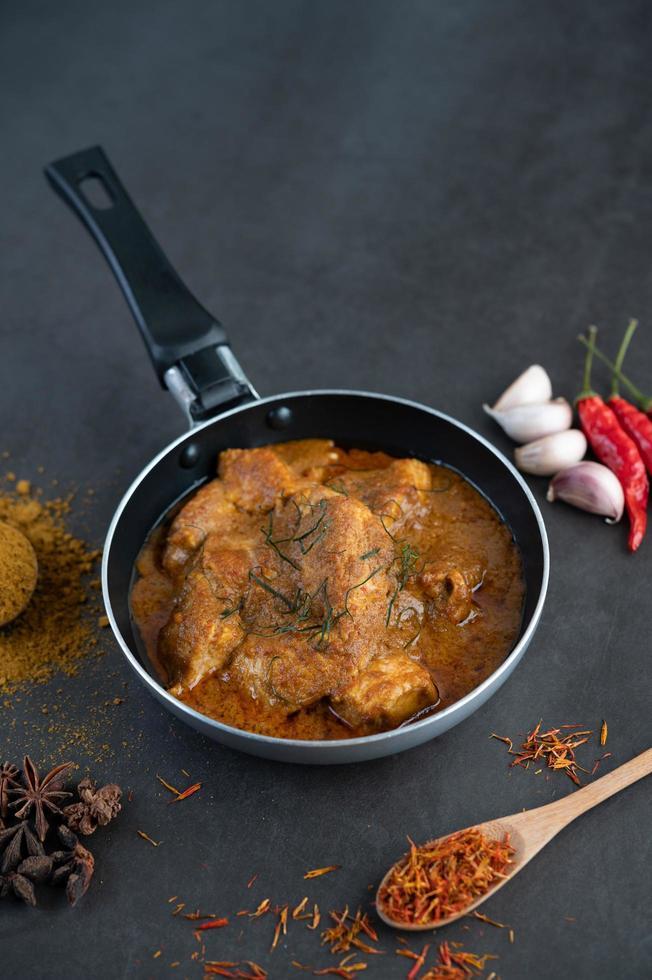 Massaman Thai Curry mit Gewürzen foto