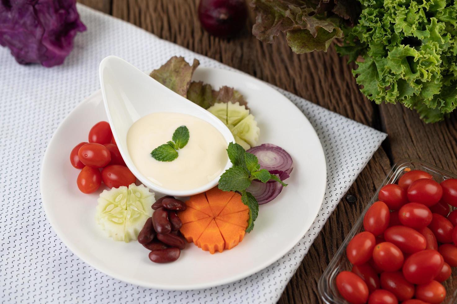 Zutaten für Salatdressing in Tassen foto
